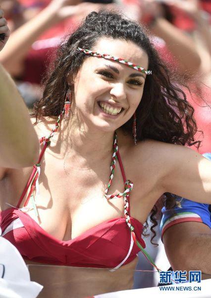最吸睛 6月20日,一名意大利队球迷在现场造势。当日,在巴西累西腓伯南布哥竞技场进行的2014年巴西世界杯小组赛D组比赛中,意大利队对阵哥斯达黎加队。 新华社记者吕小炜摄