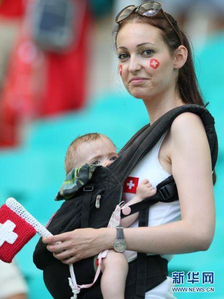 最敬业 6月20日,瑞士队球迷等待比赛开始。  当日,在巴西萨尔瓦多新水源竞技场进行的2014年巴西世界杯小组赛E组比赛中,瑞士队对阵法国队。   新华社记者 曹灿 摄