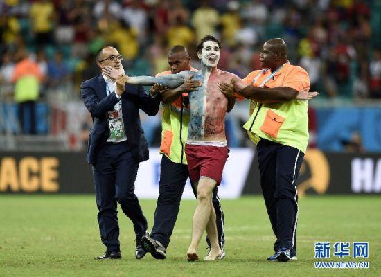 最冲动 6月20日,一名法国球迷闯入赛场,被安保人员带走。  当日,在巴西萨尔瓦多新水源竞技场进行的2014年巴西世界杯小组赛E组比赛中,法国队以5比2战胜瑞士队。   新华社记者杨磊摄
