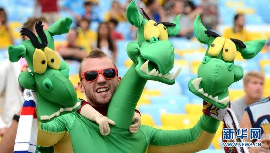 最创意 6月22日,球迷赛前为球队加油助威。当日,在巴西里约热内卢马拉卡纳大球场进行的2014年巴西世界杯小组赛H组比赛中,比利时队对阵俄罗斯队。 新华社记者王毓国摄