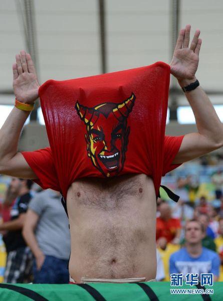 最害羞 6月21日,比利时队球迷在赛前造势。  当日,在巴西库里约热内卢马拉卡纳大球场进行的2014年巴西世界杯小组赛H组比赛中,比利时队对阵俄罗斯队。   新华社记者王毓国摄