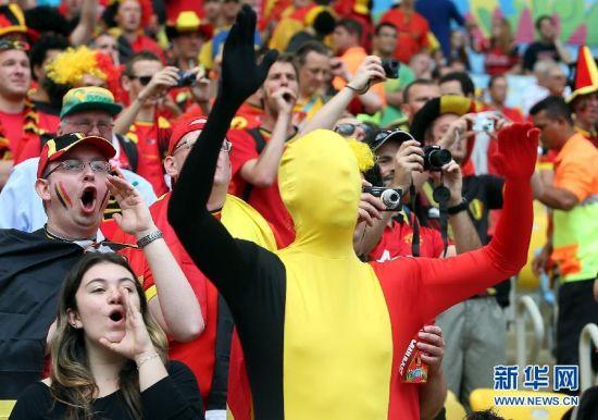 """最""""憋屈"""" 6月22日,比利时队球迷赛前为球队加油助威。当日,在巴西里约热内卢马拉卡纳大球场进行的2014年巴西世界杯小组赛H组比赛中,比利时队对阵俄罗斯队。 新华社记者徐子鉴摄"""