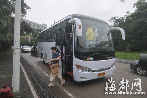 首批定制公交乘客在软件园下车