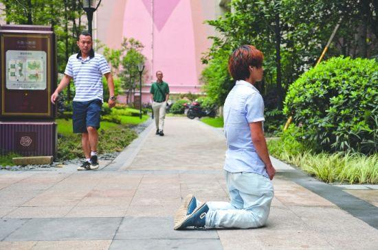 河南小伙涛涛在小区门口跪了一夜,也没等到女网友萍萍出来见他   摄影记者 王勤