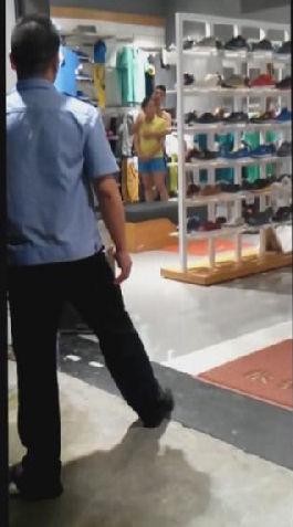 民警一直劝说持刀青年,努力稳住其情绪(视频截图警方提供)