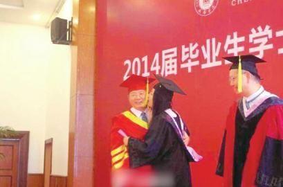 女大学生毕业典礼献吻校长 校长称很感动(图)