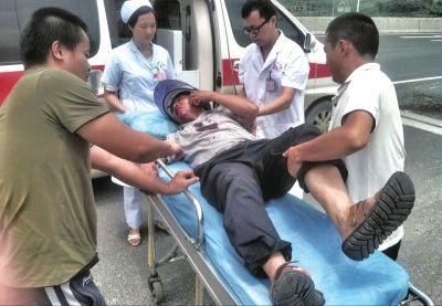 救护车将受伤男子拉走