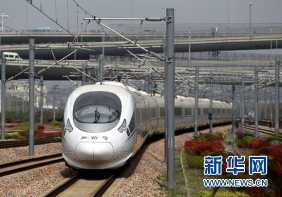 由上海虹桥站开往北京南的G128次列车(4月1日摄)。 新华社发(丁汀摄)
