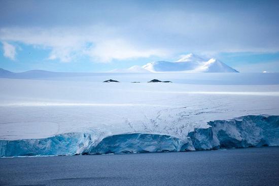 在还未到达南极洲之前,他与所有人一样,认为南极洲就是一片荒凉的白色。