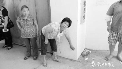 余女士称村主任黄某当时瘫坐在村委大门口,背部靠着墙壁,伸直着双脚,头部朝路边一侧低垂着