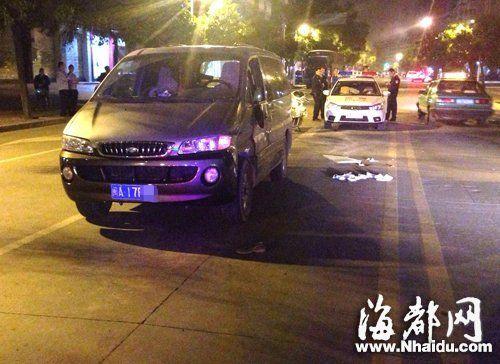 酒驾车逃逸时,将这辆商务车左侧后视镜撞坏