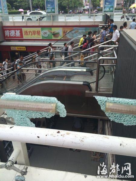 损坏的玻璃护栏下方,每天都有很多旅客经过