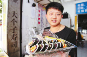 王琪改进了学来的寿司手艺,创造了一些独有的新口味。