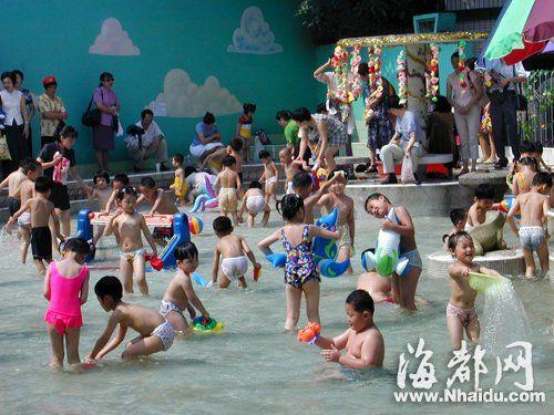福州道山路一所幼儿园的游泳池里,小朋友们扎堆玩水