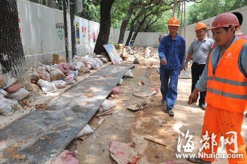 为了防止泥浆喷出来,工人用沙袋和钢板盖住爆破口