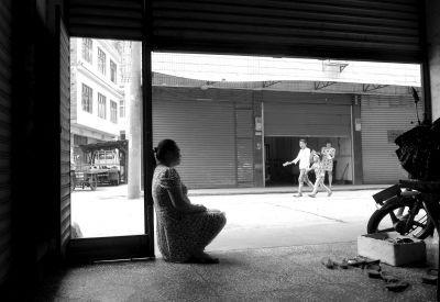 欧阳佳的母亲忙完家务就在门口盼望孩子回来。京华时报记者陶冉摄/视频