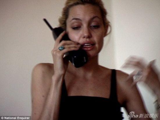 新浪娱乐讯 毒贩法兰克林-梅耶(Franklin Meyer)曝光安吉丽娜-朱莉1999年在曼哈顿岛某住宅区买毒品的视频,当时朱莉处于断毒状态,干瘦如柴烦躁不安。