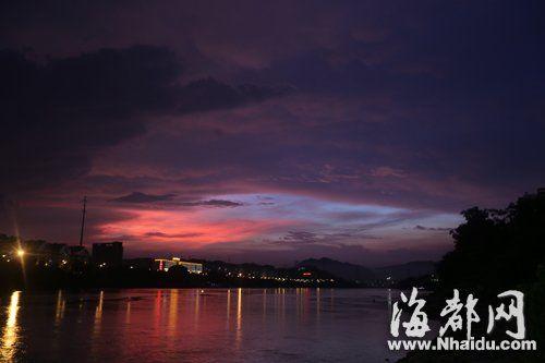 昨晚七点,福州洪山桥的闽江上空,乌云中间突然出现一道奇美的霞光,这个雨后奇观持续了十分钟