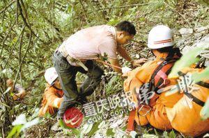 救援人员用绳索帮助被困男子脱困