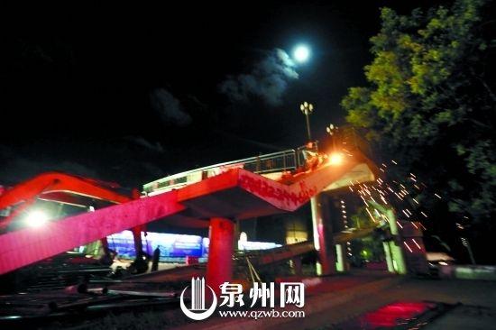 夜色下华大天桥开始拆除