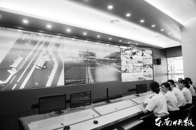 海关工作人员在电子监控大屏前值班