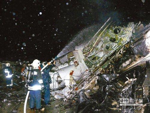 图为消防和军队为失事飞机扑火。《中国时报》图