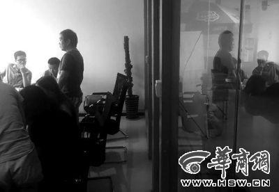 昨日,在泰国饱受惊吓和侮辱的游客们来到旅行社讨要说法 华商报记者 董国梁 摄