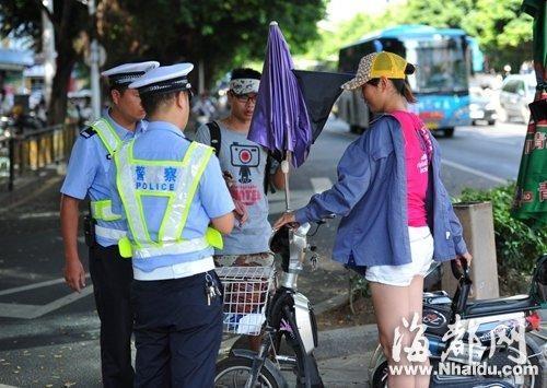 民警对被拦下的骑手进行批评教育(警方提供)