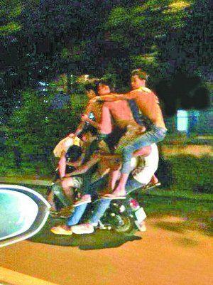 """网友上传在新浪微博的照片:这群年轻人在小小摩托车上表演""""叠罗汉"""""""