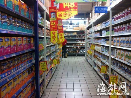 超市里各奶粉促销标签非常显眼