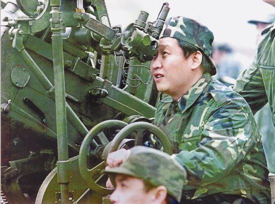1997年11月,时任福建省委副书记、福建陆军预备役高炮师第一政委习近平体验某型高炮炮手训练。(据福建日报)