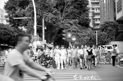 医院前的斑马线取消后,东街与仙塔街路口过街人更多了