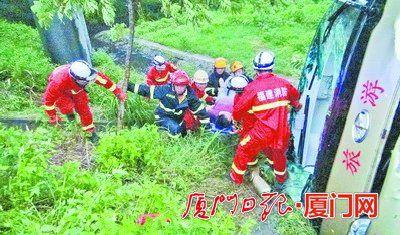 消防官兵进行施救。