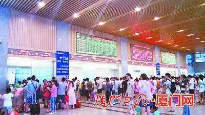 厦门北站旅客排队买票。