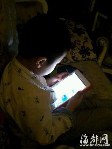四岁小娃娃拿着iPad淘宝