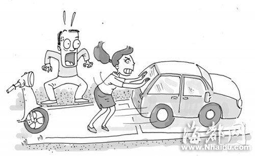 福州一奇葩女司机 懒得点火上演女汉推车