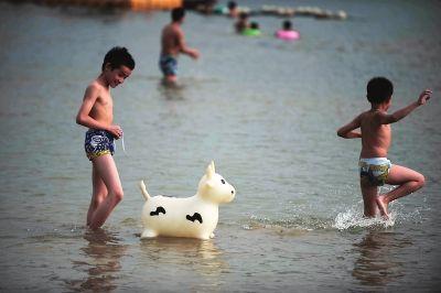 西河游泳场,不少市民选择玩水消暑的好地方 东快记者吕诚/图