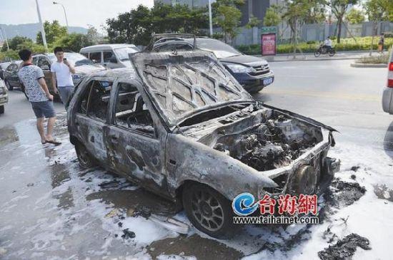 厦门一小车等红灯突然起火 烧得只剩下空壳