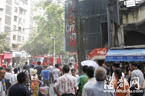 省府路嘉陵传奇餐厅突然冒出滚滚浓烟,食客和工作人员迅速撤离