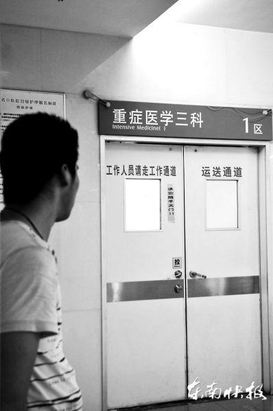 丁一在重症监护室门口,希望妻子的伤情能有所好转