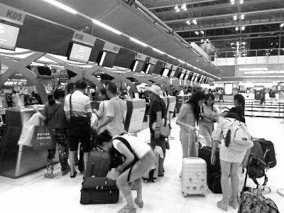 部分游客登机回国