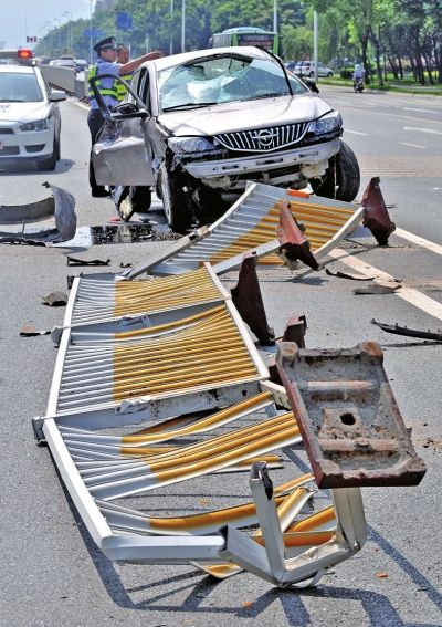 小车失控将一排护栏撞翻