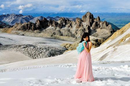 登上雪山,湘潭妹子易瑛穿薄纱拍艺术照。 受访者 供图