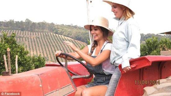 在诺瓦德柯德罗镇,农活都是姑娘们在干