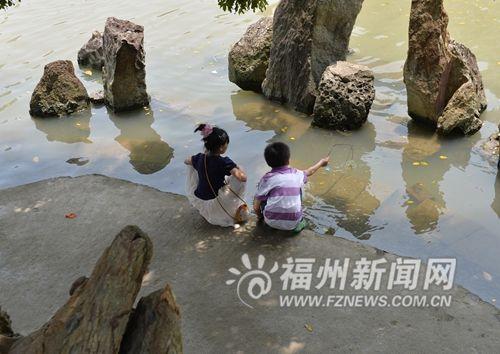 湖边没有护栏处经常有游客游玩。