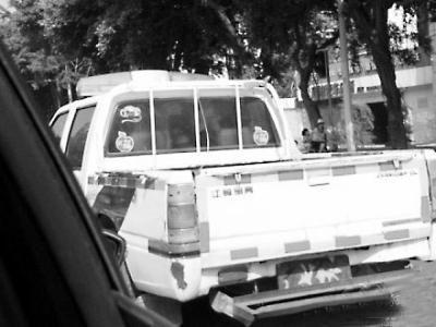 执法车辆车牌被迷彩布遮挡微博图片