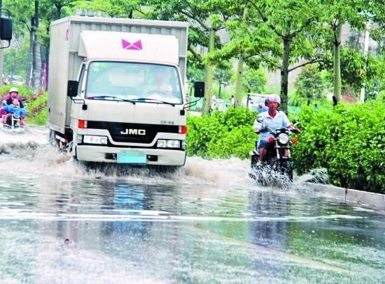 路上有积水,车辆还是不要冒险而行(文图无关)。