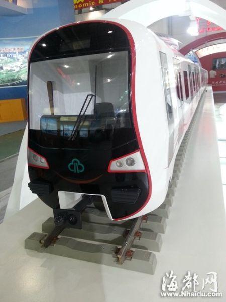 """福州地铁一号线列车""""福龙号""""模型亮相投洽会"""