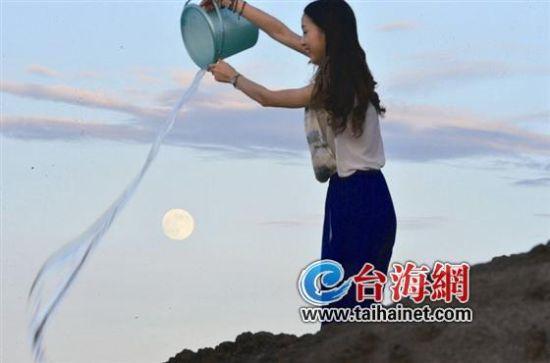 漳州美女让月亮参加冰桶挑战