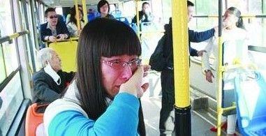 昨日,215路公交车上,女孩让座后被老人(左一)和老人的儿媳、儿子(右一、右二)打伤,双方争执起来。北国网、辽沈晚报记者 姜旭 摄